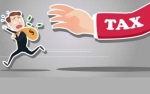 """4. Rủi ro thuế vụ:  Thuế vụ cũng là rủi ro trong đầu tư à? Có chứ, còn rất nhiều nữa là khác. Đa số người đầu tư lợi dụng những kẽ hở của luật thuế để sinh lợi nhiều hơn.  Câu nói mà phần lớn ai sinh sống ở Mỹ đều biết là: """"Cuộc sống ở Mỹ này có 2 điều chắc chắn xảy ra, một là sự chết, hai là đóng thuế."""" Có người còn mạnh dạn nói rằng, cách làm giàu nhanh nhất là trốn thuế. Hằng năm có biết bao nhiêu đổi thay về luật thuế. Đầu tư mà không tính toán rủi ro thuế vụ là một điều thiếu sót vô cùng lớn lao."""